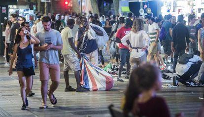 Un grupo de vendedores ambulantes, anoche en la Rambla de Barcelona.