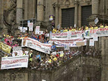 Afectados por las preferentes, en la escalinata de acceso a la catedral de Santiago