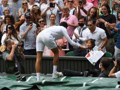 Djokovic regala su raqueta a una joven aficionada al término del partido.