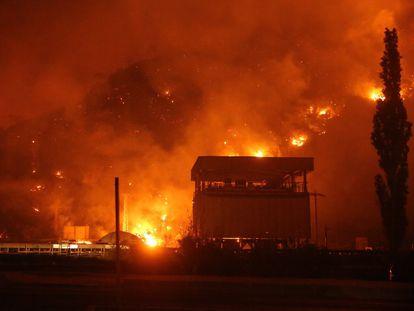 El fuego cerca los alrededores de la planta termal de Kemerkoy en Milas, en la provincia turca de Mugla, en la noche de miércoles al jueves.