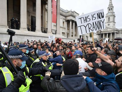 Negacionistas del coronavirus se enfrentan este sábado a la policía en Trafalgar Square (Londres)