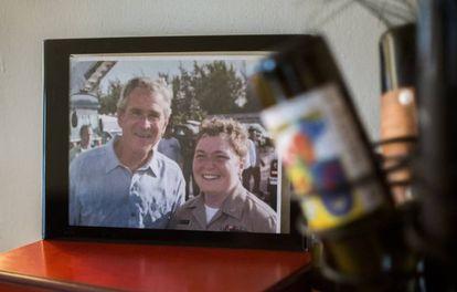 Dremann, cuando era mujer, en una fotografía en su casa con el expresidente Bush