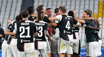 Los jugadores de la Juventus festejan el título de liga en el campo.