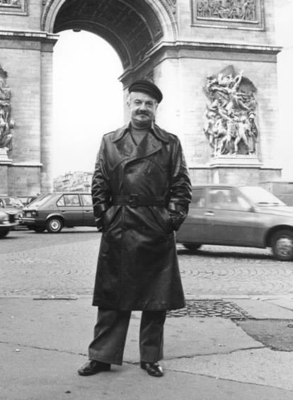 Piazzolla en el Arco del Triunfo de París, en 1977.