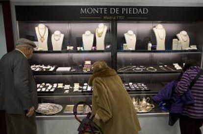 Vitrinas de las joyas que saldrán en la próxima subasta del Monte de Piedad.