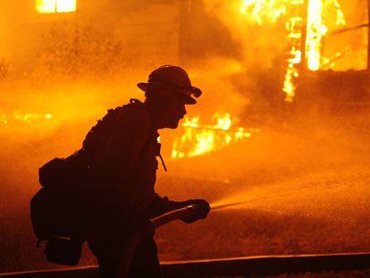 Un bombero en plena actuación contra un incendio en Greenville (California) a comienzos de este mes. /