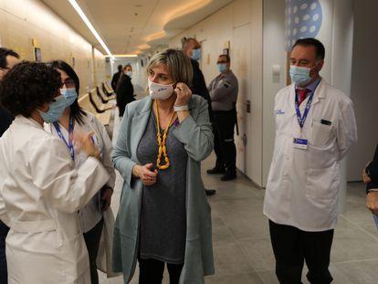 La consejera Alba Vergés, en una visita al hospital Vall d'Hebron.