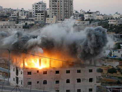 Un edificio palestino es demolido, este lunes en Wadi Humus.
