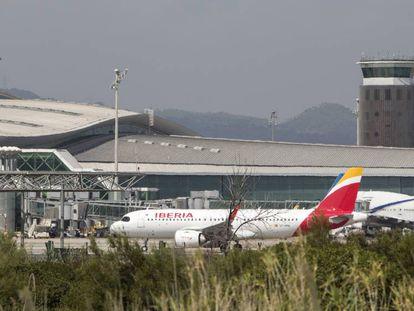 Un avión en el aeropuerto de Barcelona El Prat.