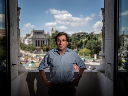 Jose Luis Martinez-Almeida, alcalde de Madrid, durante la entrevista en su despacho del Palacio de Cibeles el pasado viernes.