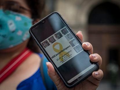 Elena García enseña una imagen de la campaña contra el desabasto de medicamentos.