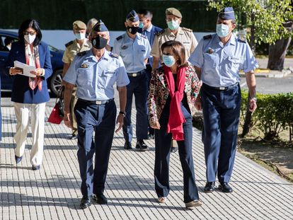 El general Miguel Ángel Villarroya, a la derecha de la ministra Margarita Robles, en la sede del Mando de Operaciones, el pasado 1 de octubre.