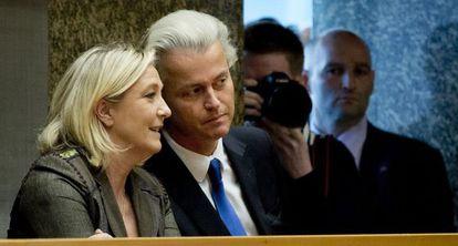 Le Pen y Wilders, en La Haya, hoy.