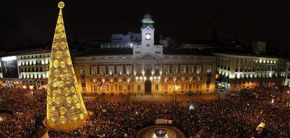 El reloj de la Puerta del Sol da la bienvenida al nuevo año.