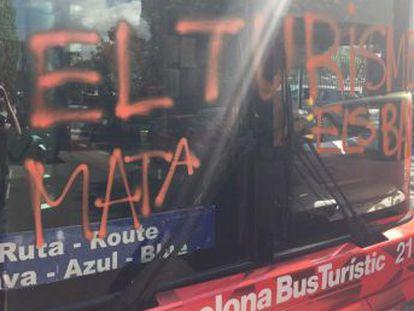 Los asaltantes escribieron  el turismo mata los barrios  en el frontal del vehículo