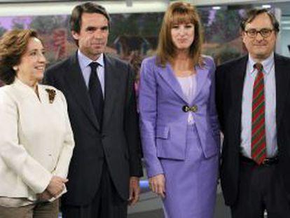 Aznar, acompañado por la directora de Informativos de Antena 3, Gloria Lomana; la periodista Victoria Prego y el director de La Razón, Francisco Marhuenda, momentos antes de la entrevista.