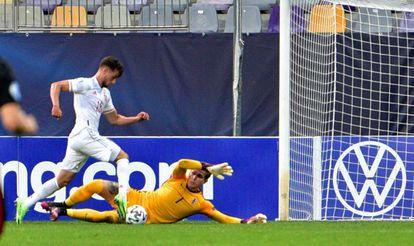 Puado regatea al portero para marcar su segundo gol ante Croacia este lunes en Maribor.