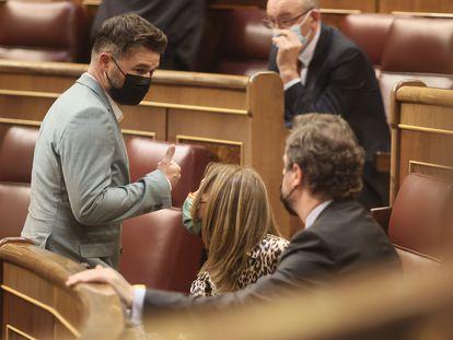 El portavoz de ERC, Gabriel Rufián, a su paso por la bancada de Vox en el Congreso.