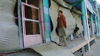 Estado en el que han quedado varios locales comerciales tra sel atentado en Logar, este sábado.