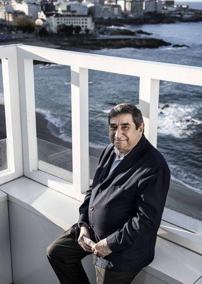 El expresidente Augusto César Lendoiro, en A Coruña, con la playa de Riazor al fondo.