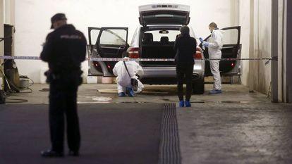 La policía científica registra el vehículo de la víctima.