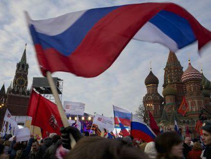 Manifestantes en la plaza Roja de Moscú en apoyo de la integración de Crimea en Rusia.