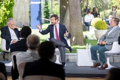 Rafael Arias Salgado, Pablo Casado e Ignacio Camuñas, durante una mesa redonda organizada por el PP en Ávila.