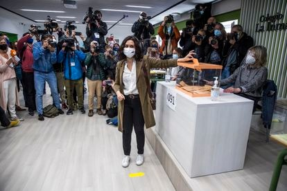 La candidata del PP en las elecciones autonómicas del 4 de mayo, Isabel Díaz Ayuso, vota en el colegio La Inmaculada-Marillac, en Chamberí.