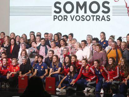Las pioneras que disputaron el primer partido de la selección femenina en 1971 posan junto a las jugadoras de la selección actual en el homenaje que ha tenido lugar en la sede de la Federación en Las Rozas