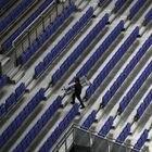 Miembros del staff caminan por la gradas e instalaciones del WiZink Center de Madrid donde antes de la crisis del coronavirus se han celebrado cientos de eventos culturales y ahora se han convertido en uno de los colectivos más afectados por la crisis sanitaria y la obligación de paralizar todos los eventos programados. En Madrid, (España), a 22 de abril de 2020. 22 ABRIL 2020;CULTURA;WIZINK CENTER;MADRID;CORONAVIRUS;COVID-19 Marta Fernández Jara / Europa Press 22/04/2020