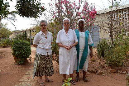 Las tres componentes de la comunidad de las religiosas teatinas en Materi, las hermanas Carmen Manso, la hermana Ana Romero y la hermana Adrieana Kouagou.