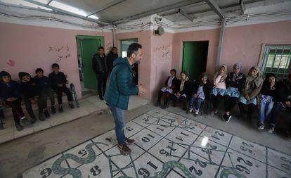 El músico Jorge Drexler visita un colegio en la aldea palestina de Susyia, en Cisjordania.
