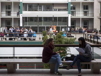 Estudiantes en el campus de la Universidad Pompeu Fabra en Barcelona.