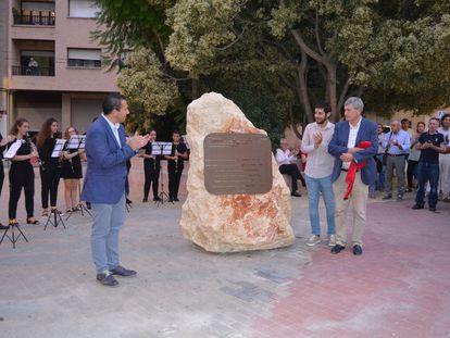 El alcalde de Mula, Juan Jesús Moreno (izquierda), durante la inauguración en septiembre de 2019 del monolito en homenaje a los seis vecinos deportados al campo de concentración nazi de Mauthausen-Gusen, en una imagen cedida por el Ayuntamiento de Mula.