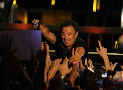 El cantante ofrece el micrófono a sus seguidores durante su concierto en Bilbao.