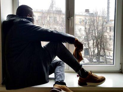 El nigeriano Michael, gay de 36 años, en un piso de Moscú, donde ha solicitado asilo por su orientación sexual.