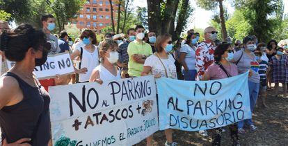 Vecinos de Tres Olivos se manifiestan contra la construcción del aparcamiento disuasorio en su barrio.