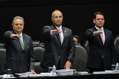 El exdirector de Pemex, Carlos Treviño (centro), durante un acto en la Cámara de Diputados en 2017.