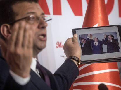 El candidato opositor al Ayuntamiento de Estambul, Ekrem Imamoglu, enseña una foto de 1994 que muestra la pacífica transferencia de poderes del entonces alcalde socialdemócrata al islamista Recep Tayyip Erdogan, hoy presidente de Turquía.