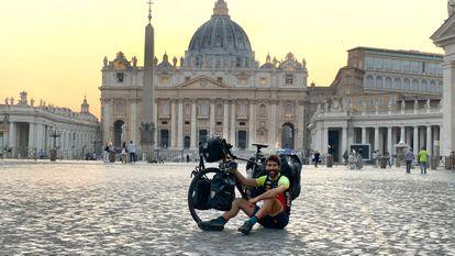 Nil Cabutí, en la plaza de San Pedro, en el Vaticano, durante su viaje.