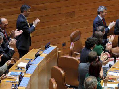 Feijóo recibe el aplauso de su grupo tras ser elegido con la mayoría absoluta