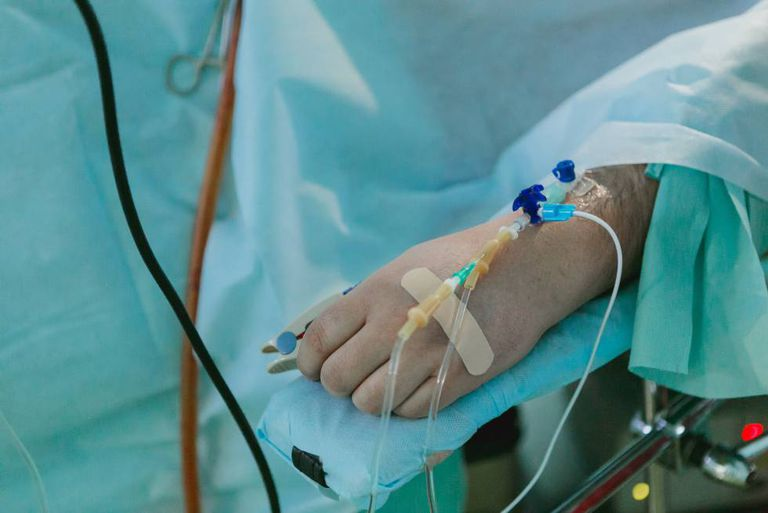 Un hombre, en cuidados intensivos de un hospital.