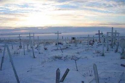 En este solitario cementerio de Brevig Mission (Alaska), el virus de la <b><i>gripe española</b></i> ha guardado su profundo enigma durante más de ochenta años.