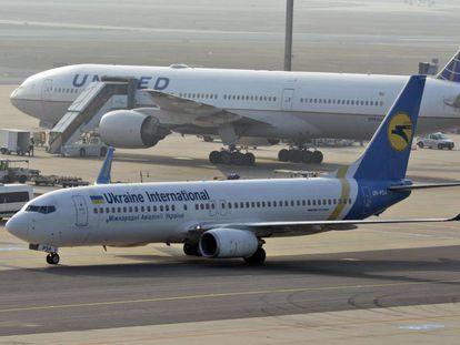 Imagen de un Boeign 737-800 en el aeropuerto de Fráncfort, Alemania, perteneciente a la aerolínea Ukraine International.