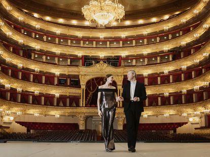 Svetlana Zakharova y Vadim Repin sobre el escenario del Teatro Bolshói de Moscú, con el patio de butacas a sus espaldas.