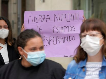 Concentración de apoyo a la joven que cayó desde un edificio de O Carballiño.