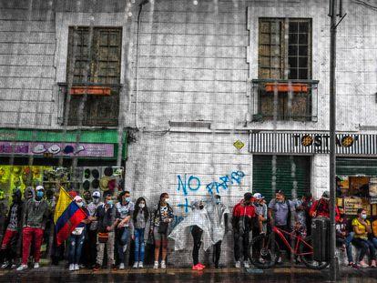 Manifestantes contra la reforma tributaria en Colombia, este miércoles en Bogotá.