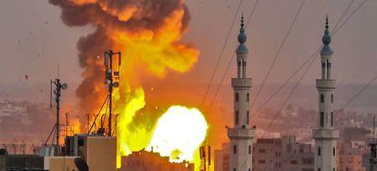Una bomba estalla en Gaza durante un bombardeo israelí el pasado 20 de julio.