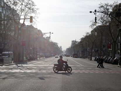 2020/03/13 Barcelona durante la pandemia del covid-19. Aspecto que presentaba el Passeig de Gràcia a las 10 de la mañana. Coronavirus