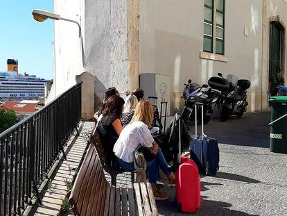 Esperando la hora de entrar en el apartamento de Alfama, con la terminal de cruceros al fondo.